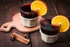Обдумыванное вино с апельсином, анисовкой звезды и циннамоном Стоковые Изображения RF