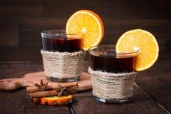 Обдумыванное вино с апельсином, анисовкой звезды и циннамоном Стоковое Фото