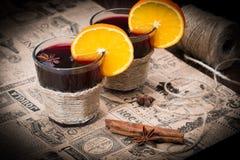 Обдумыванное вино с апельсином, анисовкой звезды и циннамоном Стоковая Фотография RF