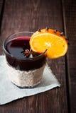 Обдумыванное вино с апельсином, анисовкой звезды и циннамоном Стоковое фото RF