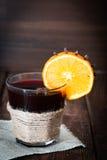 Обдумыванное вино с апельсином, анисовкой звезды и циннамоном Стоковые Фотографии RF