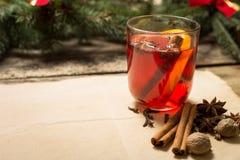 Обдумыванное вино с ингридиентами Стоковое Изображение