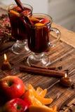 Обдумыванное вино с плодоовощами и специями на деревянном столе Рождество Ингридиенты рецепта питья зимы грея вокруг Стоковые Фото