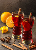 Обдумыванное вино с ручками и апельсинами циннамона стоковые фотографии rf