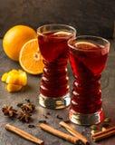 Обдумыванное вино с ручками и апельсинами циннамона стоковая фотография