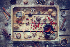 Обдумыванное вино с специями и ингридиентами в деревянной коробке Стоковая Фотография