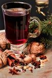 Обдумыванные вино, специи и грецкие орехи Стоковое фото RF