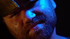 Облыселый римский гладиатор с бородой и шрамом в его стороне кладет шлем от его головы и смотрит в камере сток-видео