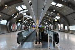 Овальная прихожая с moving дорожками для пассажиров Стоковые Фотографии RF