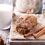 Овес и печенья арахисового масла с стеклом молока Стоковое Изображение RF