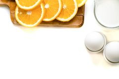 Овес шелушится плита с молоком, апельсином, яичками на деревянной белой таблице Взгляд сверху здорового овса шелушится космос экз Стоковые Изображения RF