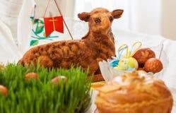 Овечка пасхи и пасхальные яйца на зеленой траве стоковые фотографии rf