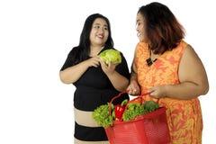 2 овоща тучных женщин ходя по магазинам Стоковое Изображение
