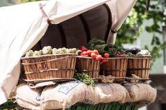 Овощи внутри старых деревянных корзин стоковое изображение rf
