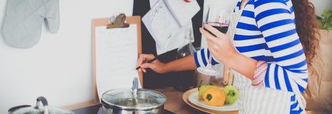 Овощи вырезывания молодой женщины в кухне, удерживании бокал вина Стоковая Фотография RF