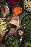 Овощи в шаре, нуты, половины авокадоа на таблице Стоковое Изображение RF
