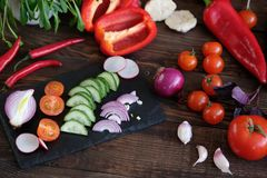 Овощи для салата на старом деревянном столе стоковое фото rf