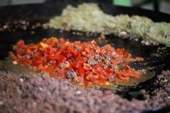 Овощи жаря на большом лотке вка на уличном рынке Стоковые Изображения