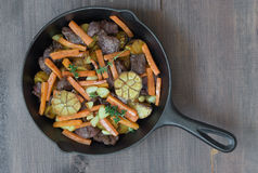 овощи зажаренные в духовке мясом стоковое фото rf