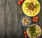Овощи зажаренные на темном деревянном столе Взгляд сверху стоковые изображения rf