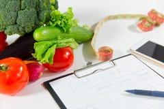 Овощи, измеряя лента, сотовый телефон, план диеты Стоковая Фотография RF