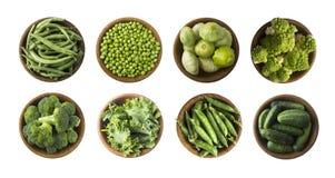 Овощи изолированные на белизне Сквош, зеленые горохи, брокколи, листья листовой капусты и зеленая фасоль в деревянном шаре Овощи  стоковое фото