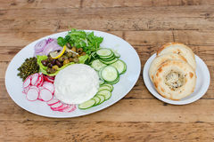 Овощи и блюдо сыров с бейгл Стоковые Изображения