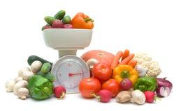 Овощи и маштабы кухни на белой предпосылке Стоковые Изображения RF