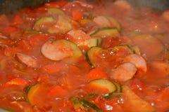 Овощи и сосиска варя на сковороде Стоковые Изображения