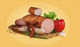 Овощи и сосиски на деревянной доске Стоковая Фотография RF
