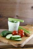 Овощи и соус югурта с травами Стоковые Изображения RF