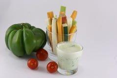 Овощи и соус югурта с травами Стоковые Изображения