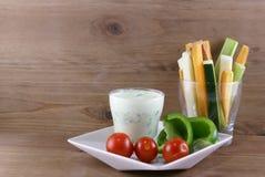 Овощи и соус югурта с травами Стоковая Фотография RF