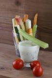 Овощи и соус югурта с травами Стоковая Фотография