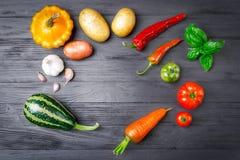 Овощи и специи на деревянном Стоковое Изображение