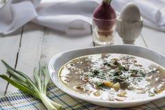 Овощи и суп гриба в белой плите на таблице Стоковые Фото