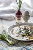 Овощи и суп гриба в белой плите на таблице Стоковое фото RF