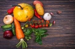 Овощи и трава на деревянном Стоковое фото RF