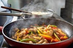 Овощи и цыпленок подготовленные в сковороде стоковое фото rf