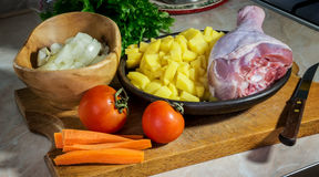 Овощи - картошки, томаты, луки, моркови и drumstick Турции подготовленной для варить суп стоковые фото