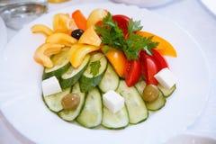 Овощи красиво отрезанные на белом блюде Огурец, красный томат, желтый болгарский перец, оливки, оливки, кубы сыра, пастбище петру стоковое изображение rf