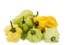 Овощи малого желтого и зеленого habanero перца chili на белой предпосылке Стоковое фото RF