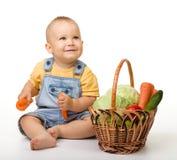 овощи мальчика корзины милые польностью маленькие стоковая фотография