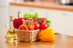 овощи масла еды бутылки корзины здоровые Стоковые Фотографии RF