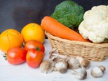 Овощи на белом деревянном столе Стоковая Фотография RF