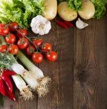 Овощи на деревенской деревянной таблице Стоковая Фотография