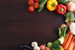 Овощи на деревянной предпосылке с космосом для рецепта. Стоковая Фотография RF