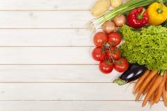 Овощи на деревянной таблице Стоковое Изображение