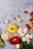 Овощи на каменной таблице Желтый и красный пеец огурец свежий Томаты вишни Грибы и чеснок обед Стоковое фото RF