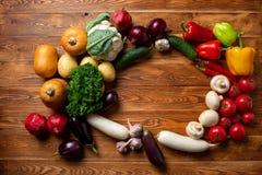 Овощи на коричневой деревянной предпосылке и месте для надписи стоковое фото